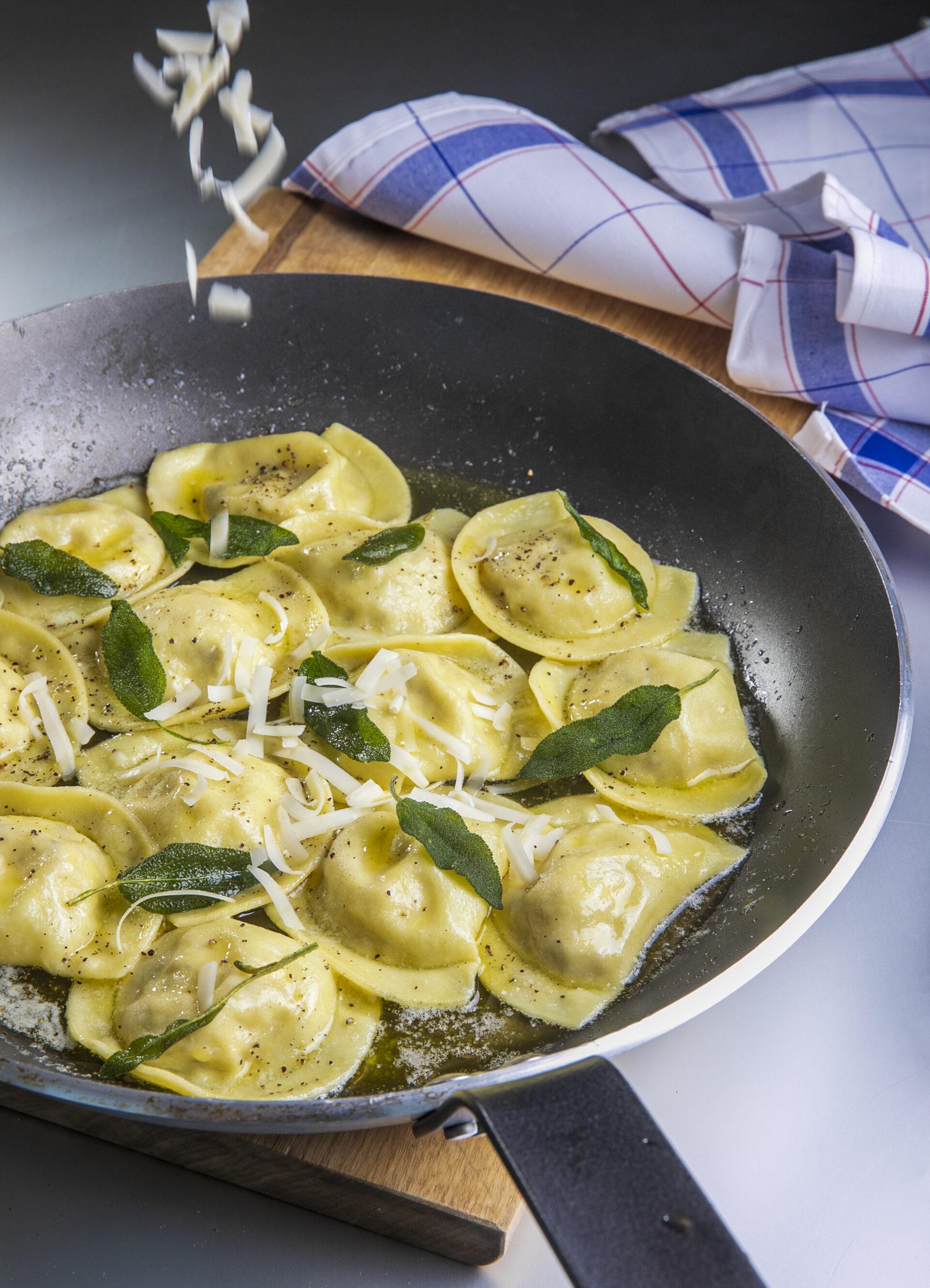 רביולי ארטישוק וגבינות ברוטב חמאה ומרווה